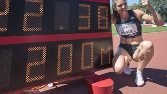 Daumen hoch nach dem Schweizer Rekord über 200m: Lea Sprunger