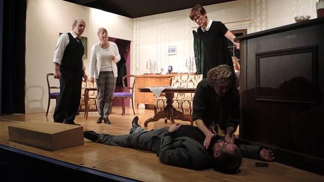 Ein Hotel, eine Handvoll Gäste, eine Leiche: Ausschnitte aus dem Stück «Manuel» der Badener Theatergruppe Thekalaila.