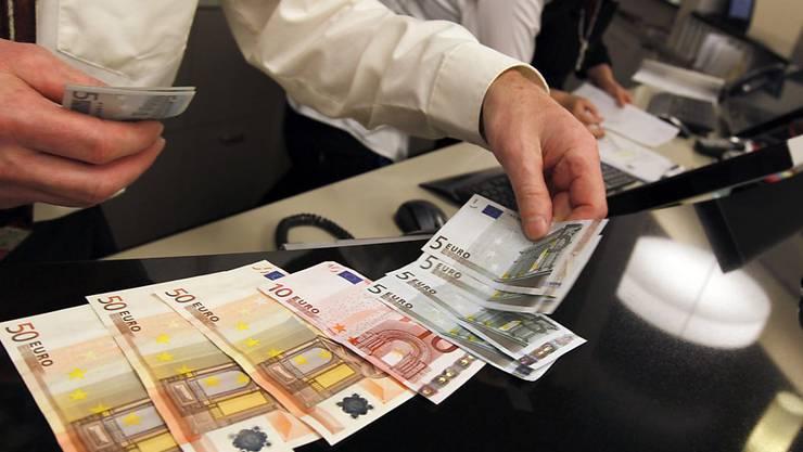 Mit genauerem Hinsehen sollten Konsumenten echte Euronoten sofort von Falschgeld unterscheiden können. (Themenbild)