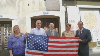 Rudolf Iten, Dominik Sauerländer und Jolanda Urech (von links), eingerahmt vom Ehepaar Bescheinen aus den USA, bei der Übergabe der Flagge.