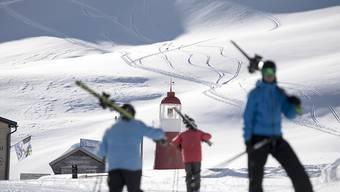 Immer mehr Skifahrer mieten für den Spass im Schnee die Skiausrüstung anstatt sich Skis oder Skischuhe zu kaufen.(Symbolbild)