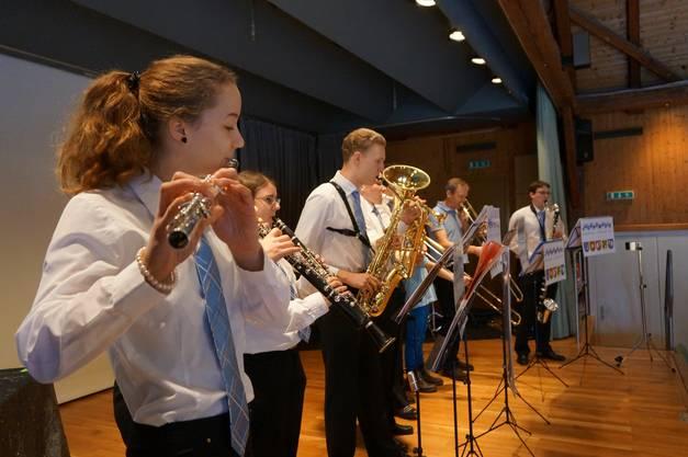 Die Jugendmusik Rechtes Limmattal war das diesjaehrige Thema des Neujahrsaperos und spielte festliche Musik