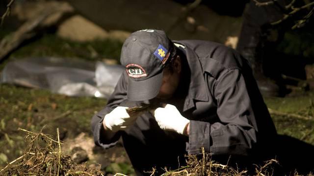 Ein Spezialist sichert Spuren nach der Detonation eines Sprengsatzes
