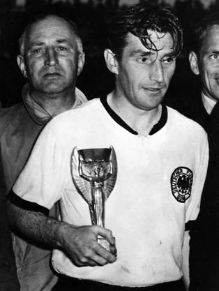 Der deutsche Captain Fritz Walter mit dem WM-Pokal.