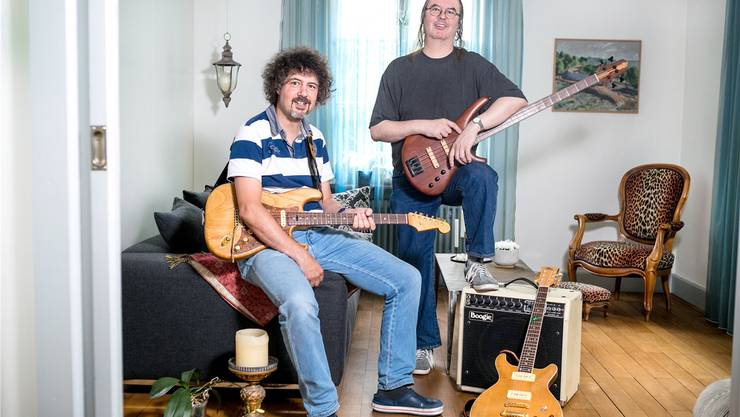 Die Gebrüder und Musiker Patrik und Paul Schneider (v.l.) stellen ihre Gitarren und Bässe gleich selber her.Sandra Ardizzone