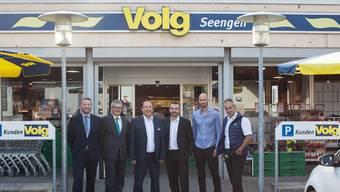 Post-Vertreter André Aregger und Eduard Huber mit Gemeindeammann Jörg Bruder, René Eggli von der Landi und deren beiden Geschäftsführer Reto Manetsch und Urs Schryber vor dem Volg von Seengen (v.l.n.r.).
