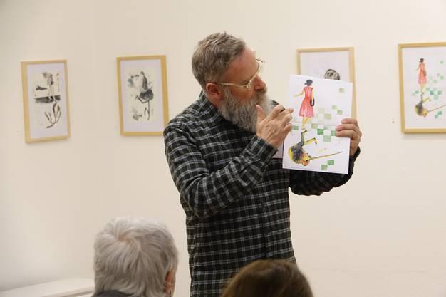 Gluri-Suter-Huus-Leiter Ruedi Velhagen erklärt dem Vernissagen-Publikum das Prinzip der zweiteiligen Bildtafeln in der Ausstellung 'Furyherz' .
