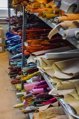 Im Lager ist ein ganzes Regal den verschiedenen Ledern vorbehalten