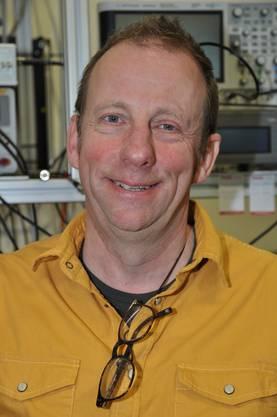 FHNW-Professor Ernest Weingartner macht sich beim neuen Messverfahren die Farbe des Russes zunutze.