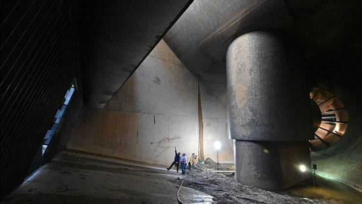Im Turbineneinlauf, der üblicherweise geflutet ist: Rechts der Bildmitte der ummantelte Generator, ganz rechts hinten die Turbine mit einem Durchmesser von 5,9 Metern.