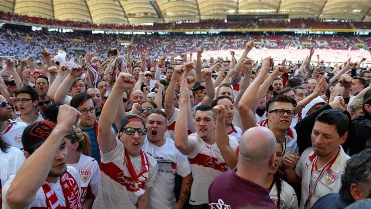 Wütende Fans wollen den Stuttgarter Spielern an den Kragen.