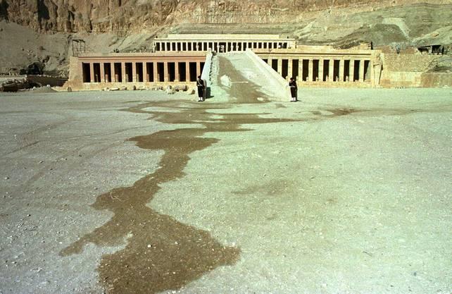 Beim Anschlag von Luxor am 17. November 1997 auf der archaelogischen Ausgrabungsstätte von Dier El-Bahari in Ägypten töteten Islamisten 62 ausländische Touristen, darunter 36 aus der Schweiz.