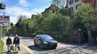 Bedrängt von der Strasse und ohne Trottoir: Die Häuser an der Mellingerstrasse 43-51.