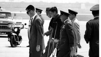 Eines der ganz seltenen Bilder, das Präsident John F. Kennedy an Krücken zeigt (1. Juni 1961).
