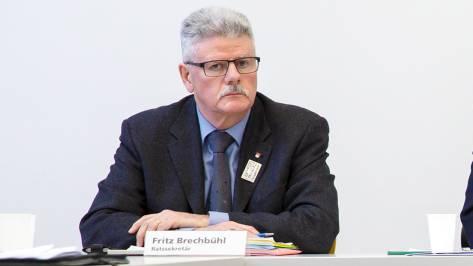 Fritz Brechbühl an einer Medienkonferenz. (Archiv)