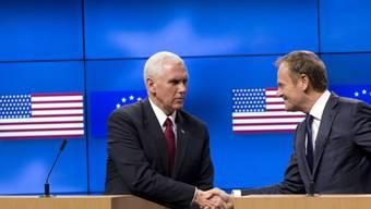 """US-Vizepräsident Mike Pence (links) schüttelt EU-Ratspräsident Donald Tusk vor Journalisten die Hand: Pence sicherte der EU am Montag in Brüssel  """"rückhaltlose und eindeutige Unterstützung"""" der Trump-Regierung zu."""