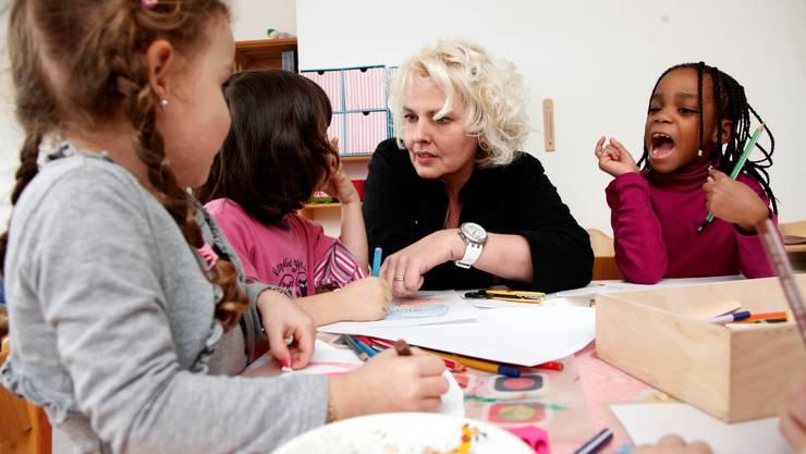 Barbara Banga, Chefin der Kindertagesstätte Villa Kunterbunt, bei ihrer Arbeit mit den Kindern.  Hanspeter BÄrtschi