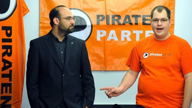 Die Piratenpartei unter Präsident Denis Simonet (r.) und Vize-Präsident Pascal Gloor will bei den Wahlen antreten (Archiv)