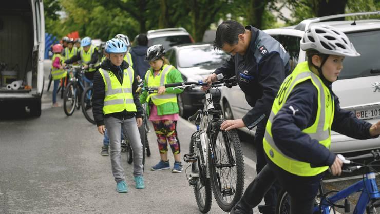 Fahrradprüfung Grenchen Im Bild: Stefan Zybach von der Stadtpolizei Grenchen untersucht die Fahrräder auf Mängel: Kein Licht = 2 Fehler, keine Bremsen = 5 Fehler