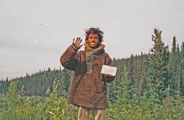 Christopher McCandless (1968–1992) war ein amerikanischer Aussteiger. Minimal ausgerüstet, lebte er 113 Tage allein in der Wildnis, bis ihn der Hungertod ereilte. Bekannt wurde McCandless durch Jon Krakauers Buch «Into the Wild», das 2007 von Sean Penn verfilmt wurde. Paolo Cognetti hat McCandless «Fontane No. 1» gewidmet.