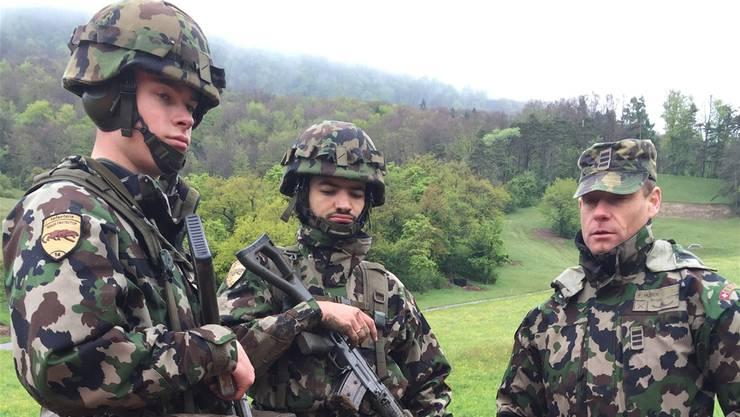 Der letzte Infanterie-Schulkommandant im Aargau: Oberst im Generalstab Felix Huber (r.) am Donnerstag auf dem Schiessplatz Gehren mit zwei Rekruten.