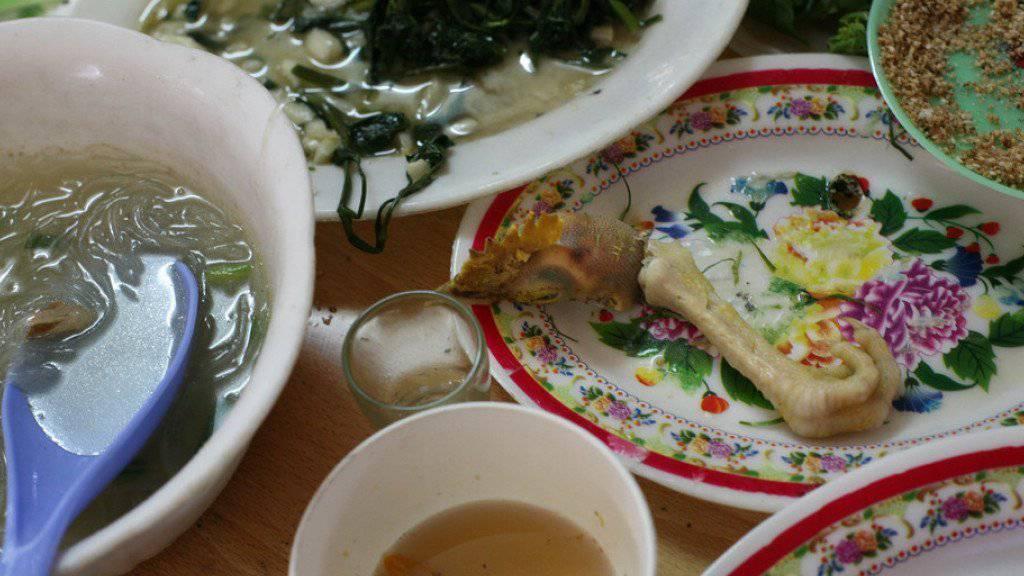 Überreste eines Mittagessens in Hanoi, Vietnam. Der Verzehr von rohen oder nicht genügend gekochten Lebensmitteln, die mit Noroviren, Campylobacter, Salmonellen oder Kolibakterien belastet sind, hat laut UNO gravierende Auswirkungen (Symbolbild)
