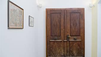 157 Jahre lang hing die Tür in den Angeln des Schulhauseingangs, heute hängt sie im Pausenraum der Gemeindeverwaltung.
