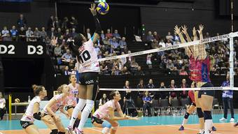 Sm'Aesch's Jessica Ventura, center, spikes the ball during the sixteenths finals match of the 2018 CEV Volleyball Cup between Switzerland's Sm'Aesch Pfeffingen and Belgium's VC Oudegem in the St. Jakobshalle in Basel, Switzerland, on Wednesday, December 5, 2018. (KEYSTONE/ Georgios Kefalas)