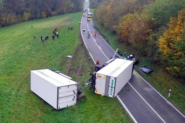 Der Lastwagen ist samt Anhänger umgekippt.