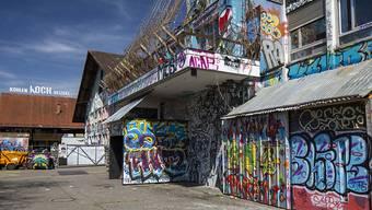 Das momentan besetzte Stadtzürcher Koch-Areal kann bebaut werden. Die Stimmberechtigten haben Kredite von insgesamt 42 Millionen Franken genehmigt. (Archivbild)