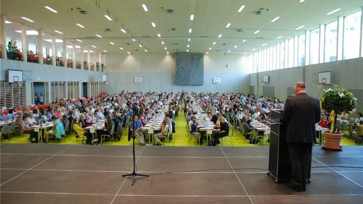 Gemeindeammann Stefan Huwiler spricht vor den rund 950 Gästen in der Ammannsmatthalle.