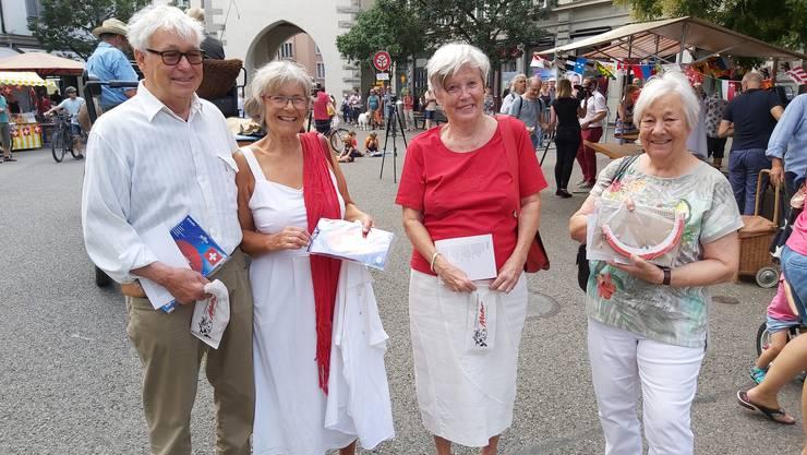 Finden die Idee sympathisch und freuen sich, dass man sich am 1. August trotz Festausfall in Baden antrifft: Ruedi, Barbara, Eva (beide in rot-weiss) und Ursula aus Baden.