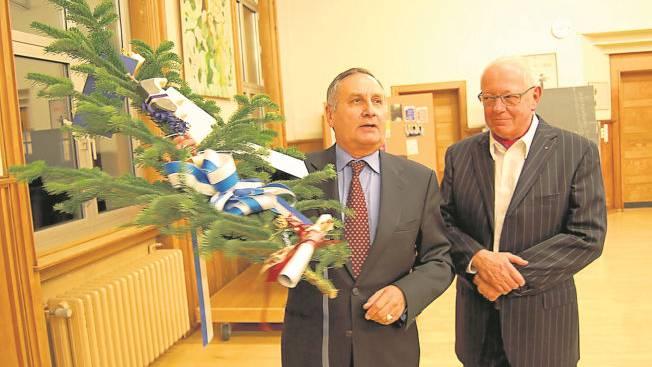 Stadtammann Hans Huber verabschiedet Jürg Haller nach 30-jähriger Kommissions-Präsidentschaft.