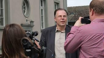 A.W. gibt vor der Verhandlung den Medien Auskunft.