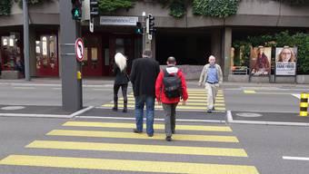 An der Bruggerstrasse in Baden stolpern Passanten über die Schwelle beim Fussgängerstreifen.