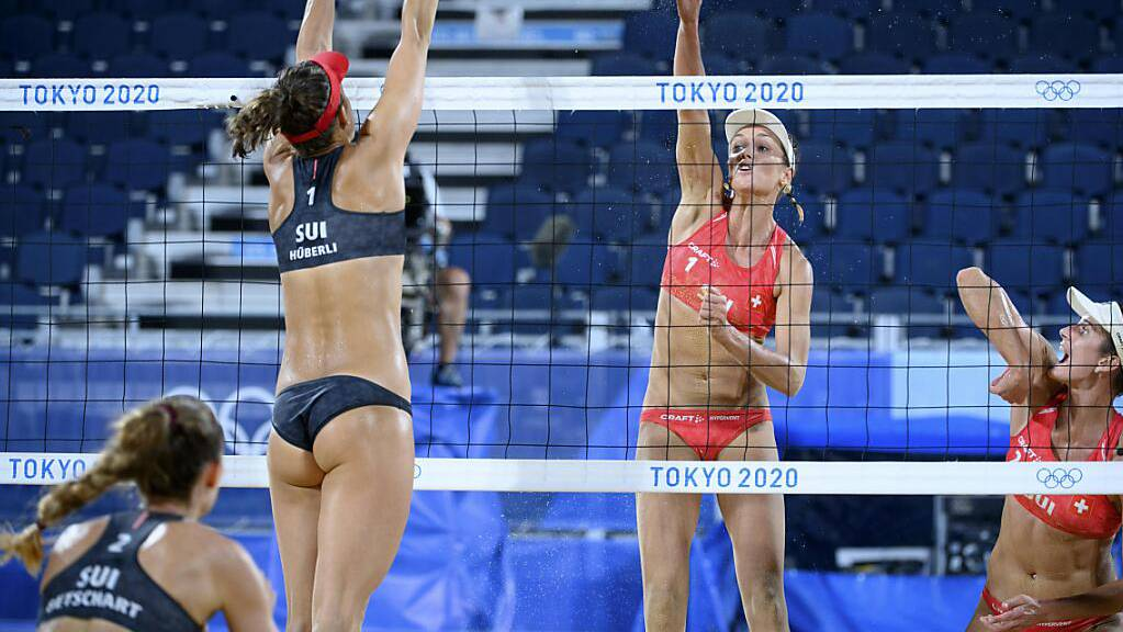 Anouk Vergé-Dépré/Joana Heidrich (in Rot) und  Nina Betschart/Tanja Hüberli beim Schweizer Achtelfinal-Duell an den Olympischen Spielen in Tokio