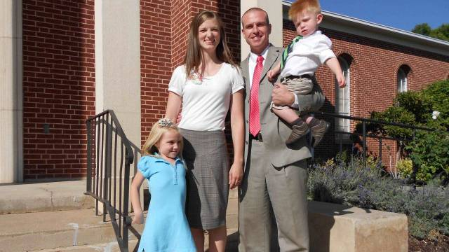 Jenny und Bryan Hamblin nach dem sonntäglichen Gottesdienst, mit ihrer Tochter Lilly und Sohn Tennyson. / Benjamin Weinmann