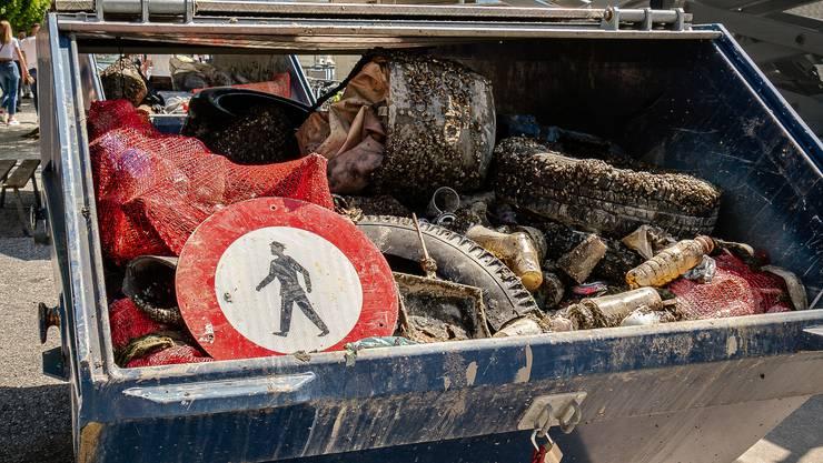Taucher der Tauchschule Scuba Viva und der Vereins Abfalltaucher haben am Sonntag dreieinhalb Baumulden voller Müll aus dem Zürichsee zutage gefördert.