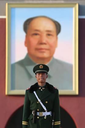 Ein Offizier vor dem Portrai des «Grossen Vorsitzenden» Mao Zedong.