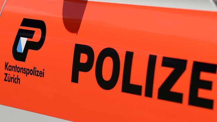 Die Kantonspolizei Zürich hatte am Montag in Winterthur einen Grosseinsatz. Ein Autodieb versuchte eine Strassensperre zu durchbrechen. Dabei erfasste er eine Polizistin und verletzte diese schwer. (Symbolbild)