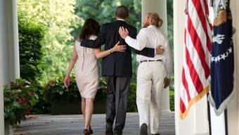 Sie stärken sich gegenseitig den Rücken: Präsident Obama mit den Eltern des freigelassenen Soldaten.