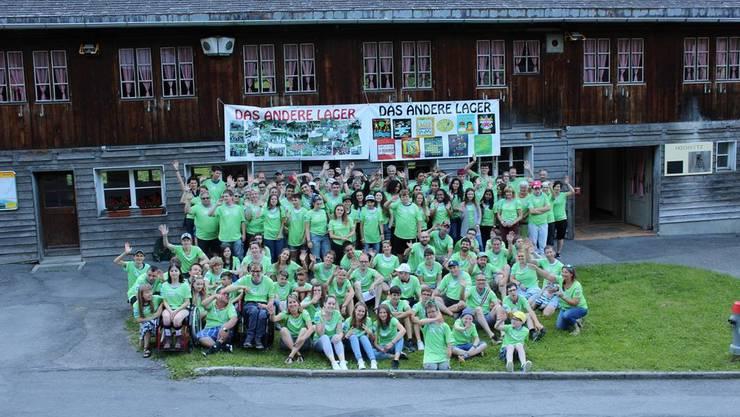 Die versammelte Schar der jugendlichen Teilnehmern und der Lagerleitung vor der Unterkunft in Melchtal.