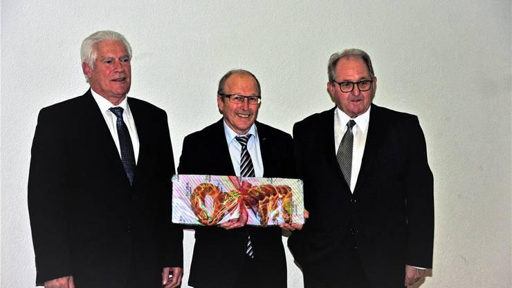 An seiner letzten Gmeind als Ammann wurde Rolf Arber (links) verabschiedet. Seinem Nachfolger Peter Stirnemann (Mitte) übergab er «Gränichens Schlüssel». Rechts der abtretende Gemeinderat Ruedi Gautschi, der  ebenfalls gewürdigt wurde.