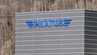 Die Pilatus Flugzeugwerke in Stans. Der Nationalrat stellt sich im Streit um die Flugzeugwartung in Saudi-Arabien und den Vereinigten Arabischen Emiraten auf die Seite des Unternehmens.