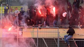 Mehrere Fussballchaoten haben am Sonntag das Super-League-Spiel zwischen Lausanne-Sport und dem FC Thun im Stadion Pontaise zum Abbruch gebracht.