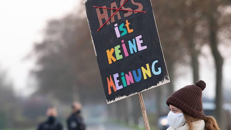 """Eine Demonstrantin trägt ein Schild mit der Aufschrift """"Hass ist keine Meinung"""" bei einer Demonstration gegen den Bundesparteitag der AfD am Wochenende im niederrheinischen Kalkar. Foto: Federico Gambarini/dpa"""