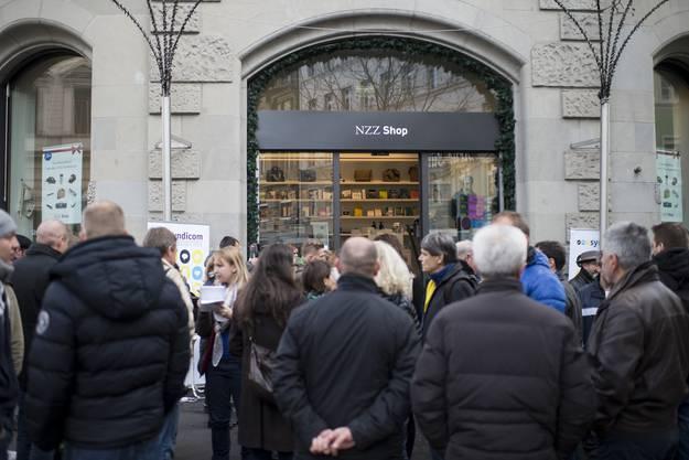 Mitarbeiter der NZZ warten anlässlich der Petitionsübergabe.