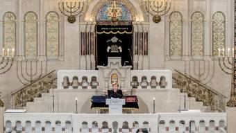 """Die deutsche Bundeskanzlerin Angela Merkel spricht bei der Gedenkveranstaltung vom Zentralrat der Juden in Deutschland zum 80. Jahrestag der """"Pogromnacht"""" von 1938 in der Synagoge Rykestrasse."""