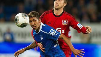 Leverkusens Jens Hegeler (rechts) im Duell mit Roberto Firmino