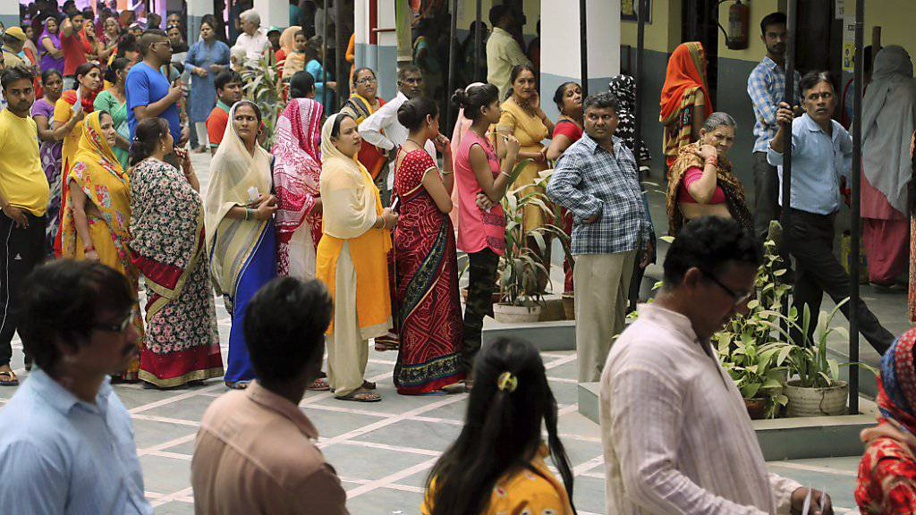 In Indien sind seit dem 11. April Millionen  Wählerinnen und Wähler aufgerufen, ein neues Parlament zu bestimmen. In Neu Delhi bildeten sich am Sonntag lange Warteschlangen vor den Wahllokalen.